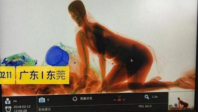 Κινέζα «μπήκε» στο μηχάνημα ελέγχου αποσκευών μαζί με την τσάντα της (βίντεο) | tovima.gr