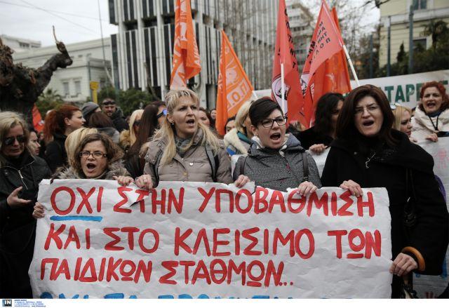 Κλιμακώνεται η αντιπαράθεση βρεφονηπιαγωγών και κυβέρνησης | tovima.gr