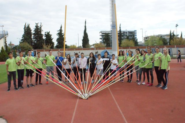 Πλαστικά καπάκια μετατρέπονται σε κοντάρια αθλητών του άλματος επί κοντώ | tovima.gr