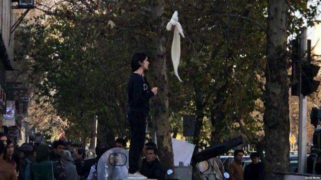 Ιράν: Αστυνομική βία εναντίον γυναικών που διαδηλώνουν κατά της μαντίλας   tovima.gr