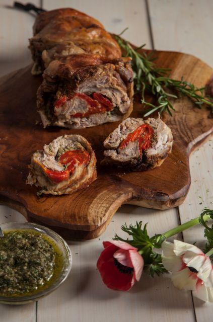 Ρολό αρνάκι γεμιστό με πιπεριές Φλωρίνης και πέστο δεντρολίβανο | tovima.gr