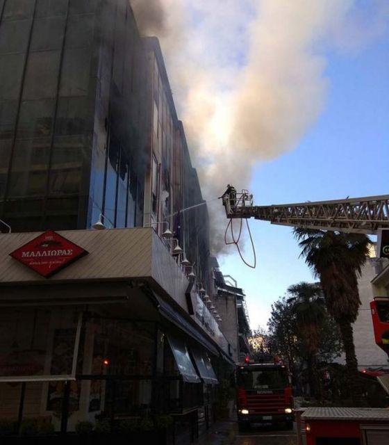 Στις φλόγες το κτίριο που στεγάζει την εφορία Λάρισας [Βίντεο] | tovima.gr