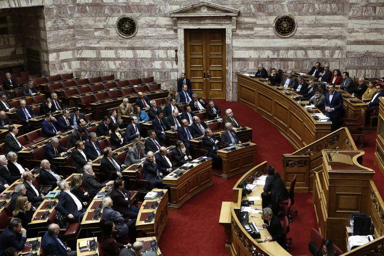 Διχάζει τα κόμματα η αναδοχή από ομόφυλα ζευγάρια | tovima.gr