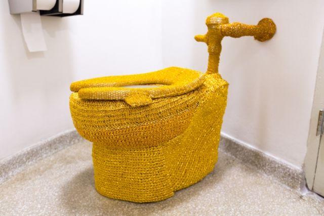 Εντυσαν με πλεκτό τουαλέτα στο Γκούγκενχαϊμ | tovima.gr