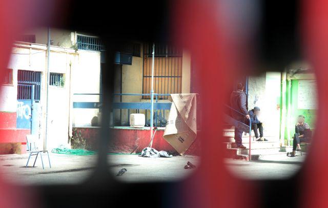 Πολίτες δέσμιοι της ανομίας και πρόσφυγες όμηροι της εκμετάλλευσης | tovima.gr