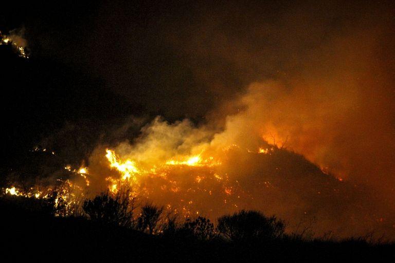 Μεγάλη φωτιά στην Πλάκα της Νάξου [Βίντεο] | tovima.gr