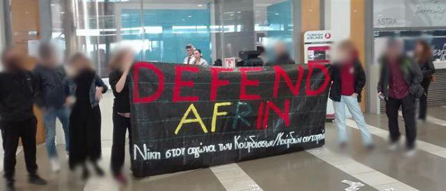 Παρέμβαση αντιεξουσιαστών στα γκισέ της Turkish Airlines για το Αφρίν | tovima.gr