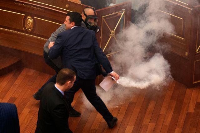 Δακρυγόνα μέσα στο Κοινοβούλιο στο Κόσοβο | tovima.gr