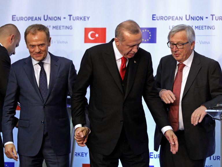 Erdogan indirectly links return of Greek officers to eight Turkish officers | tovima.gr