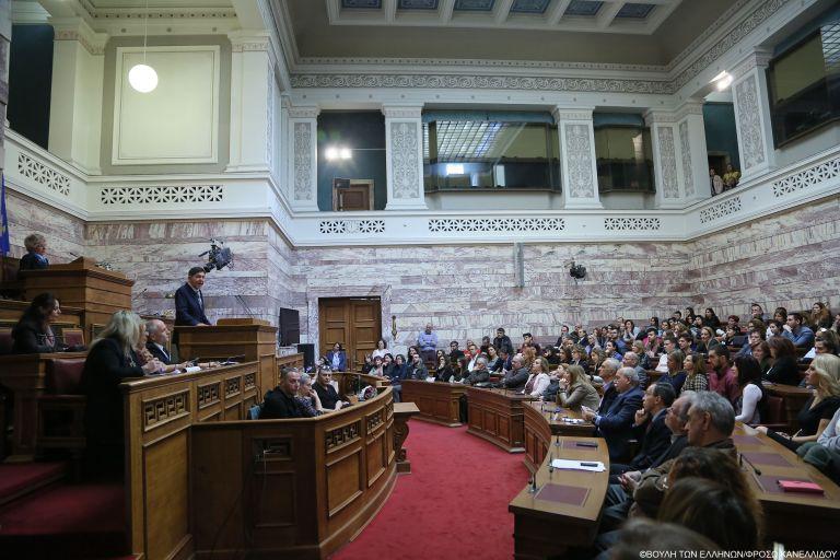 Βουλή: «Εκτός ύλης» – η θεατρική παράσταση που έπρεπε να δοθεί ενώπιον των «300» | tovima.gr