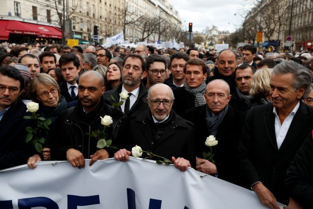 Χιλιάδες άνθρωποι στη «λευκή πορεία» στο Παρίσι κατά του αντισημιτισμού | tovima.gr