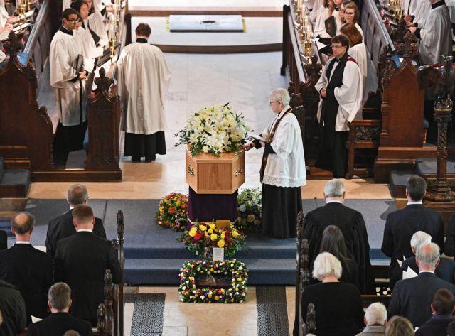 Συγκίνηση για το «τελευταίο αντίο» στον Στίβεν Χόκινγκ | tovima.gr