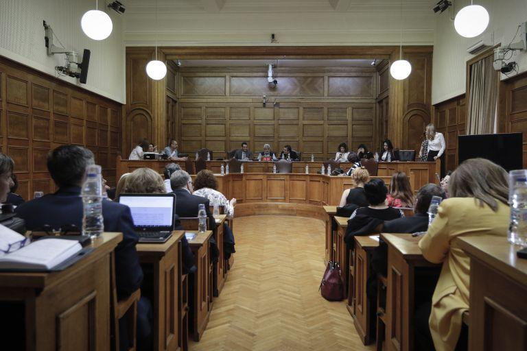 Βουλή: Υπέρ της αναδοχής από ομόφυλα ζευγάρια με σύμφωνο συμβίωσης αρκετοί φορείς   tovima.gr
