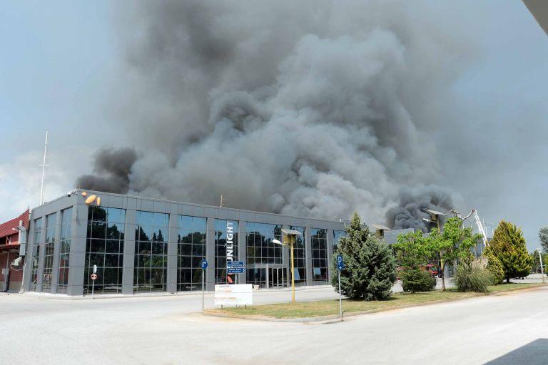 Κατασβέστηκε η φωτιά στο εργοστάσιο στην Κομοτηνή | tovima.gr