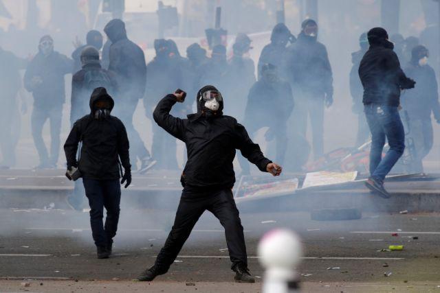 Συγκρούσεις μεταξύ της αστυνομίας και κουκουλοφόρων στο Παρίσι | tovima.gr