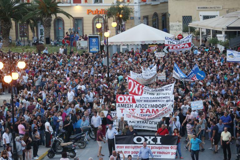 Τσίπρας στη  Λέσβο: Επιτάχυνση των διαδικασιών ασύλου για να αντιμετωπίσουμε το προσφυγικό – Ομιλία σε κλοιό διαδηλωτών | tovima.gr