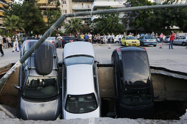 Ανοιξε η γη στον Ταύρο και κατάπιε τρία αυτοκίνητα | tovima.gr
