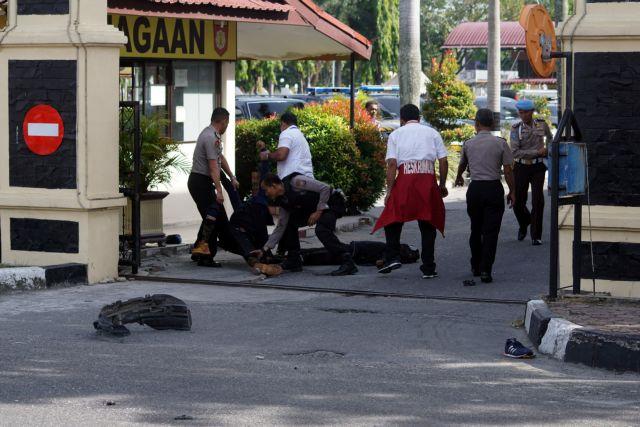 Ινδονησία: Αστυνομικοί σκότωσαν τρεις άνδρες που τους επιτέθηκαν | tovima.gr