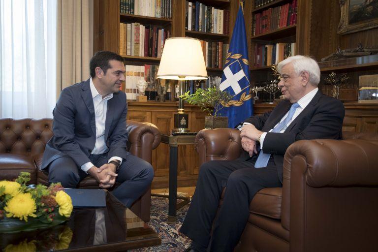 Τον Πρόεδρο της Δημοκρατίας ενημέρωσε ο Αλ. Τσίπρας για την πΓΔΜ | tovima.gr