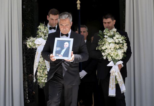 Το τελευταίο αντίο στον Θεόδωρο Βασιλάκη | tovima.gr