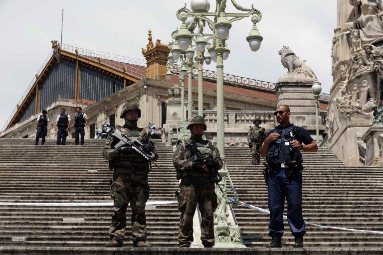 Γαλλία – Μασσαλία: Επίθεση κουκουλοφόρων με καλάσνικοφ   tovima.gr