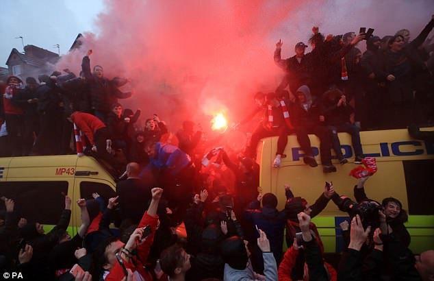 Λίβερπουλ – Ρόμα: Σε απολογία και για τον τραυματισμό οπαδού έξω από το Άνφιλντ | tovima.gr