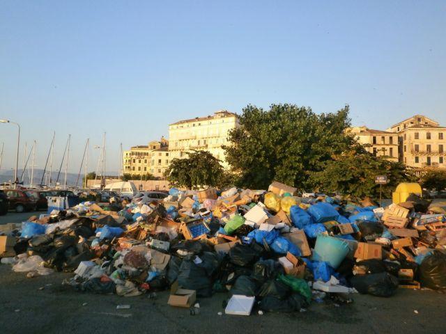 Τουριστική ατραξιόν τα σκουπίδια στην Κέρκυρα | tovima.gr