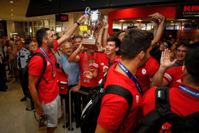 Αποθέωσαν τους παίκτες του Ολυμπιακού στο αεροδρόμιο | tovima.gr