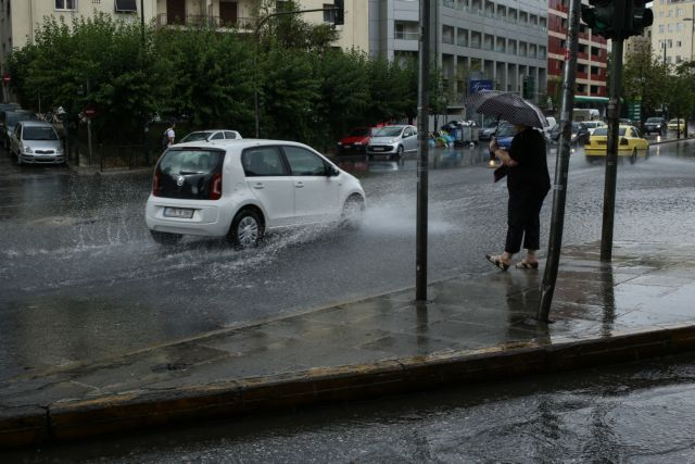 Κινδύνεψαν οδηγοί από την νεροποντή στον Ασπρόπυργο | tovima.gr