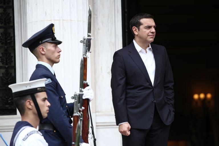 Μαξίμου: Με παροχές προσπαθεί να σταματήσει τη φθορά | tovima.gr