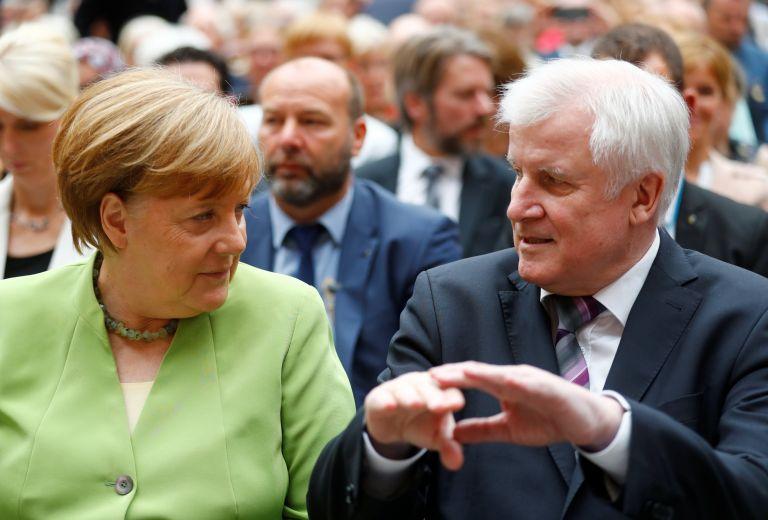 Γερμανία: Επιτεύχθηκε ο συμβιβασμός Μέρκελ – Ζεεχόφερ για το προσφυγικό | tovima.gr
