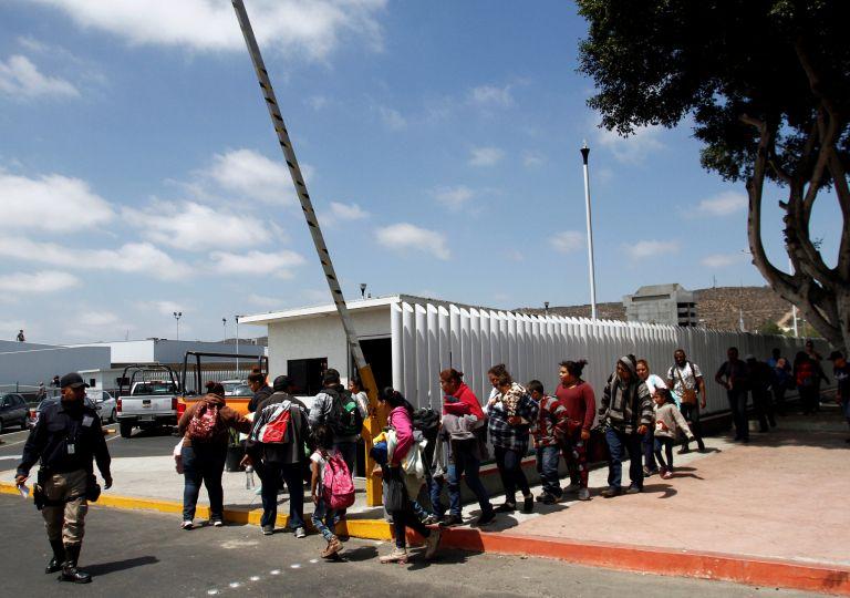 Διάταγμα Τραμπ: Τα παιδιά μεταναστών θα κρατούνται με τους γονείς τους | tovima.gr