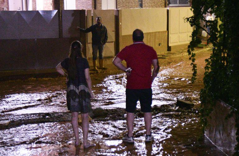 Απόγνωση στη Μάνδρα: Ξαναζωντάνεψε ο εφιάλτης – Ποτάμια οι δρόμοι, πλημμύρισαν σπίτια και καταστήματα | tovima.gr
