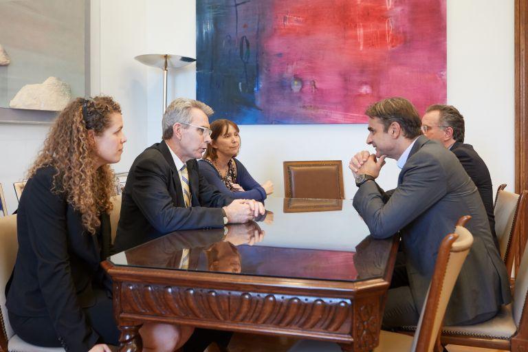 Συνάντηση Μητσοτάκη με την αναπληρωτή υφυπουργό Εξωτερικών των ΗΠΑ   tovima.gr