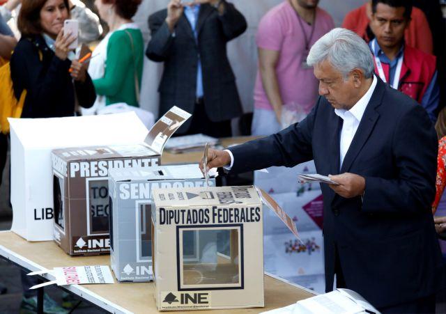 Στις κάλπες προσέρχονται οι Μεξικάνοι για να εκλέξουν νέο πρόεδρο | tovima.gr