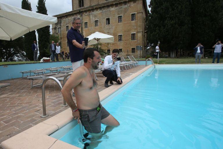 Σαλβίνι: Βουτιά σε πισίνα της Μαφίας | tovima.gr