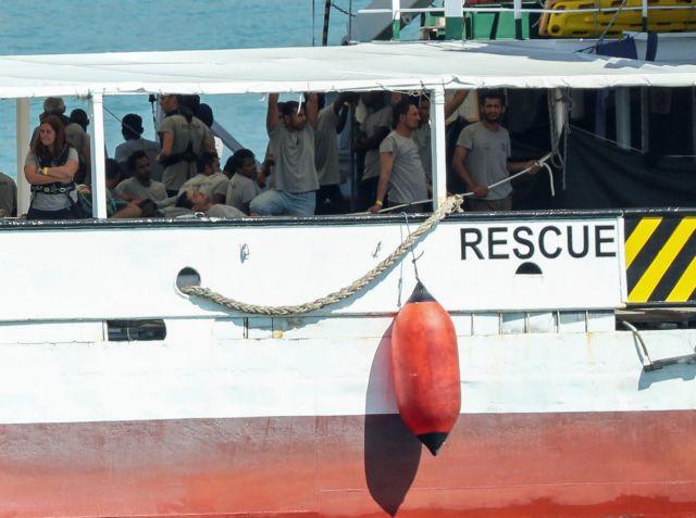 Στην Βαρκελώνη το πλοίο της ΜΚΟ Open Arms με 60 πρόσφυγες   tovima.gr