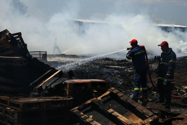 Υπό μερικό έλεγχο η πυρκαγιά σε επιχείρηση χρωμάτων στο Μενίδι   tovima.gr