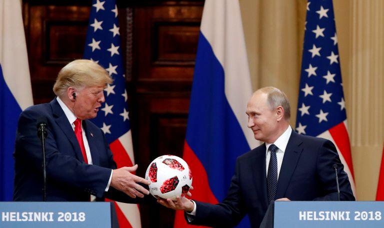 Με «διαφημιστικό τσιπάκι» η μπάλα που δώρισε ο Πούτιν στον Τραμπ | tovima.gr