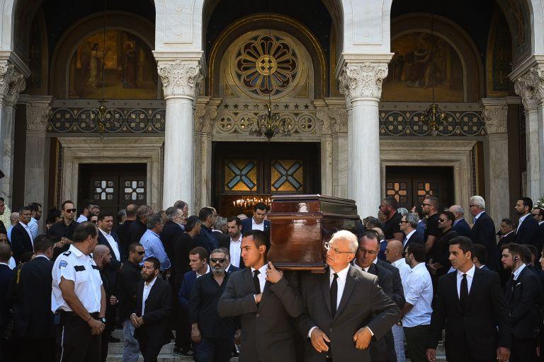 Σε κλίμα οδύνης το τελευταίο αντίο στον Σωκράτη Σ. Κόκκαλη | tovima.gr
