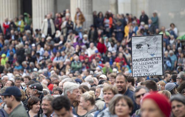 Στους δρόμους 25.000 διαδηλωτές κατά των συμμάχων της Μέρκελ | tovima.gr