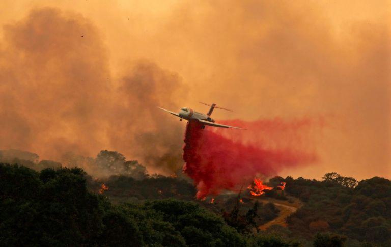 Καλιφόρνια: 6 νεκροί και 16 αγνοούμενοι από τις φονικές πυρκαγιές | tovima.gr