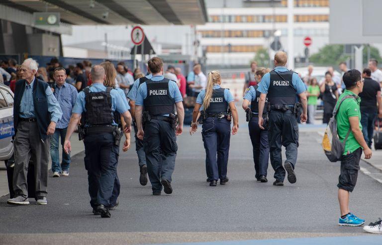 Ζευγάρι Γερμανών εξέδιδε τον 10χρονο γιο του σε παιδόφιλους   tovima.gr