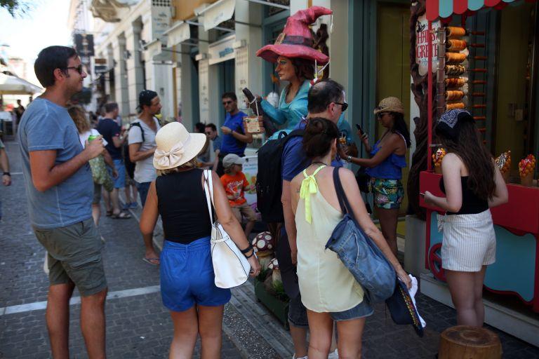 Η ΑΑΔΕ ενημερώνει τους τουρίστες για τις αποδείξεις | tovima.gr