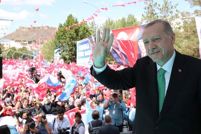 O Ερντογάν υπερασπίζεται την τουρκική εισβολή στην Κύπρο το 1974 | tovima.gr
