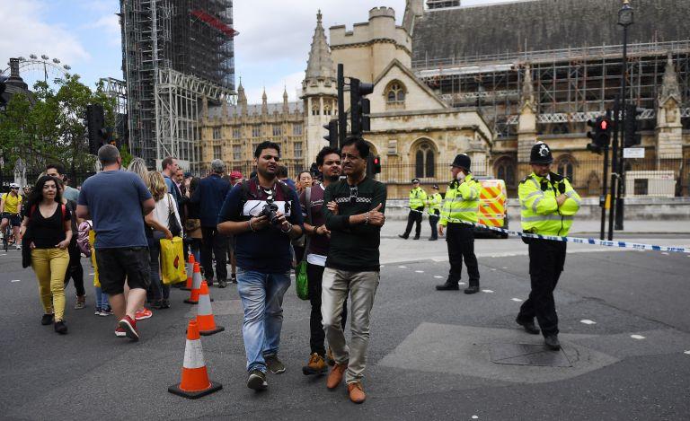 Βρετανία – Μέι: Σοκαριστικό το περιστατικό έξω από το κοινοβούλιο | tovima.gr