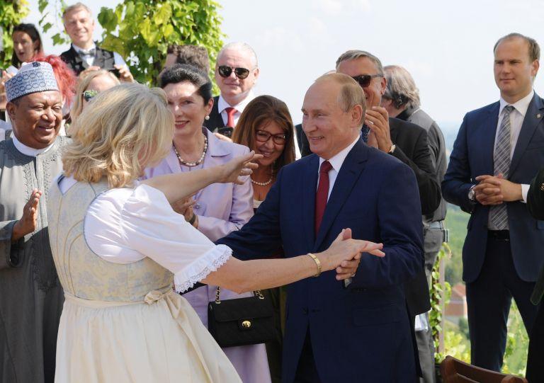 Αυστρία: «Θέμα» με την υπόκλιση της ΥΠΕΞ στον Πούτιν | tovima.gr