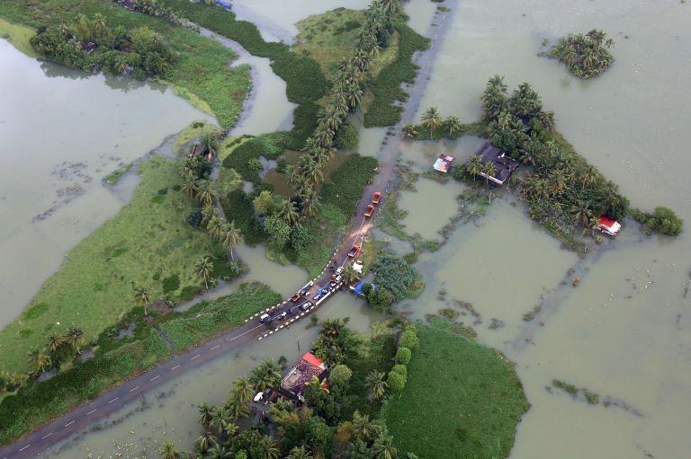 Ινδία – πλημμύρες : Στους 370 οι νεκροί – 700.000 οι εκτοπισμένοι | tovima.gr