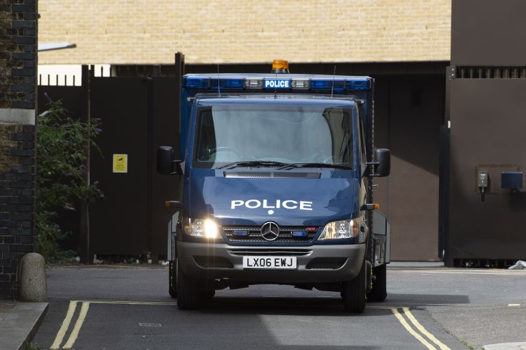 Λονδίνο: Ένοπλος άνοιξε πυρ και οχυρώθηκε σε σχολείο   tovima.gr