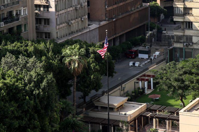 Η στιγμή που ο βομβιστής αυτοκτονίας ανατινάσσεται κοντά στην πρεσβεία των ΗΠΑ στο Κάιρο   tovima.gr